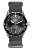 Мужские спортивные часы Blancpain Fifty Fathoms-5000 0130 NABA в матовом стальном корпусе с серым циферблатом, тканевый ремешок NATO c классической застежкой.