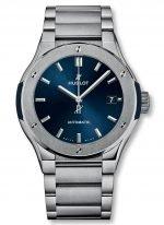 Мужские наручные часы Hublot Classic Fusion-510.NX.7170.NX с датой в титановом корпусе, на синем сатинированном циферблате с лучистой отделкой родиевые часовые метки и стрелки, титановый браслет.