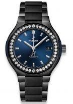 Женские наручные часы Hublot Classic Fusion-568.CM.7170.CM.1204 в керамическом корпусе с бриллиантовым рантом, на синем матовом циферблате родиевые часовые метки и стрелки, керамический браслет.