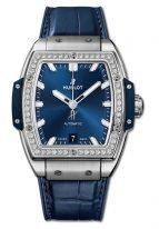 Женские наручные часы в форме бочонка Hublot Spirit Of Big Bang-665.NX.7170.LR.1204 с датой в титановом корпусе с бриллиантовым рантом, на синем матовом циферблате часовые метки и стрелки покрытые люминесцентом, синий кроко.