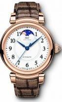 Женские наручные часы IWC Da Vinci IW459308 с фазами Луны в розовом золоте, на белоснежном циферблате черные арабские цифры и вороненые стрелки, бронзового цвета ремешок кроко.