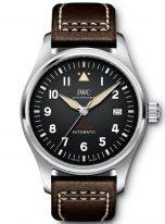 Мужские наручные часы IWC Pilot's Watch-IW326803 в стальном корпусе, на черном циферблате люминесцентные арабские цифры, стрелки и метки, коричневый телячий ремешок.