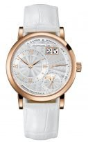 Женские классические часы Lange Sohne Lange1 182 030 в корпусе из розового золота, большая дата, запас хода и фазы Луны, светлый гильошированный циферблат, кожа кроко.