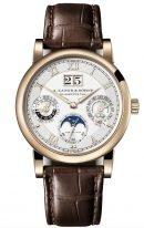 Мужские классические часы Lange Sohne Saxonia 310 050 в медовом золоте с вечным календарем, большой датой, фазами Луны, посеребренный циферблат, коричневый ремешок кроко.