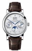 Мужские классические часы Lange Sohne Saxonia 330 026 в белом золоте с годовым календарем, большой датой, фазами Луны, светлый циферблат, коричневая кожа кроко.