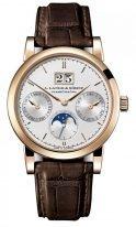 Мужские классические часы Lange&Sohne Saxonia Annual Calendar - 330 032 в розовом золоте с годовым календарем со светлым циферблатом на коричневой коже кроко