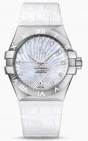 Женские наручные часы Omega Constellation-123_13_35_20_55_001 с датой в стальном корпусе, на светлом гильошированном перламутровом циферблате бриллиантовые часовые индексы и люминесцентные стрелки, белая кожа кроко.