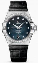 Женские наручные часы Omega Constellation-123_18_35_20_56_001 с датой в стальном корпусе с бриллиантовым безелем, на синем гильошированном циферблате бриллиантовые часовые индексы и люминесцентные стрелки, черный кроко ремешок.