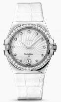 Женские наручные часы Omega Constellation-123_18_35_60_52_001 с датой в стальном корпусе с бриллиантовым безелем, на светлом гильошированном циферблате бриллиантовые часовые индексы и люминесцентные стрелки, белая кожа кроко.