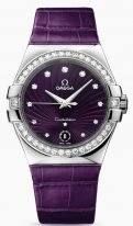 Женские наручные часы Omega Constellation-123_18_35_60_60_001 с датой и бриллиантовым безелем, на фиолетовом гильошированном циферблате бриллиантовые часовые индексы и люминесцентные стрелки, фиолетовая кожа кроко.