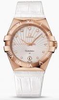 Женские наручные часы Omega Constellation-123_53_35_60_52_001 с датой в розовом золоте, на белом гильошированном циферблате бриллиантовые часовые индексы и люминесцентные золотые стрелки, белая кожа кроко.