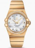 Женские наручные часы Omega Constellation-123_55_38_21_52_002 с датой в желтом золоте с бриллиантовым безелем, на серебристом циферблате бриллиантовые часовые индексы и золотые люминесцентные стрелки, браслет из желтого золота.