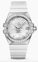 Женские наручные часы Omega Constellation-123_57_35_20_55_005 в белом золоте с бриллиантовым рантом, на белом перламутровом гильошированном циферблате бриллиантовые часовые индексы и люминесцентные стрелки, белый каучук.