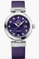 """Женские наручные часы Omega De Ville- 425_32_34_20_60_001 с датой в стальном корпусе, на фиолетовом циферблате бриллиантовые часовые метки и люминесцентные полированные стрелки формы """"альфа"""", фиолетовый ремешок."""