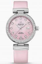 """Женские наручные часы Omega De Ville- 425_37_34_20_57_001 с датой в стальном корпусе с бриллиантовым безелем, на розовом перламутровом циферблате бриллиантовые часовые метки и люминесцентные полированные стрелки формы """"альфа"""", розовая кожа."""