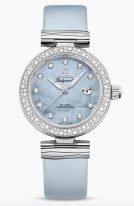 Женские наручные часы Omega De Ville- 425_37_34_20_57_003 с датой в стальном корпусе с бриллиантовым безелем, на голубом перламутровом циферблате с жемчужным узором бриллиантовые часовые метки и люминесцентные стрелки, голубой ремешок.