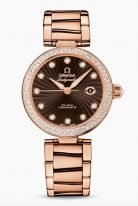 """Женские наручные часы Omega De Ville- 425_65_34_20_63_001 с датой в розовом золоте с бриллиантовым безелем, на коричневом циферблате бриллиантовые часовые метки и люминесцентные полированные стрелки формы """"альфа"""", браслет из розового золота."""