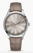 Женские наручные часы Omega De Ville-428_18_39_60_13_001 в стальном корпусе с бриллиантами, на коричневом лакированном циферблате римские цифры и элегантные покрытые родием стрелки, коричневый кожаный ремешок.