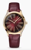 Женские наручные часы Omega De Ville-428_58_36_60_11_001 в желтом золоте с бриллиантами, на лакированном цвета красного граната циферблате золотые римские цифры и элегантные стрелки, красный кроко ремешок.