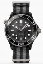 Мужские наручные часы Omega Seamaster-210_92_44_20_01_002 в керамическом корпусе, на черном циферблате из матовой черной керамики выгравирован волнообразный узор, скелетонизированные стрелки и люминесцентные часовые индексы, ремешок NATO.