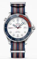 Мужские наручные часы Omega Seamaster-212_32_41_20_04_001 с датой в стальном корпусе, на белом циферблате скелетонизированные стрелки и люминесцентные часовые индексы, лакированная красная секундная стрелка с логотипом 007, ремешок NATO.