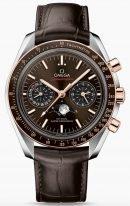 Мужские наручные часы Omega Speedmaster-304_23_44_52_13_001 хронограф с фазами Луны в биколорном корпусе, на коричневом циферблате с радиальным сатинированием люминесцентные золотые часовые метки и стрелки, коричневая кожа кроко.