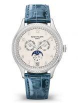 Женские классические часы Patek Philippe Complications 4947G-010 в белом золоте с бриллиантами, годовой календарь и фазы Луны, синий циферблат, синий кроко.