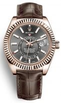 Мужские классические часы Rolex Sky Dweller 326 135 с годовым календарем в розовом золоте, с темным циферблатом на коричневом ремешке кроко.